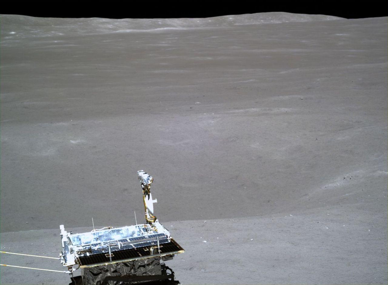 Kinesisk månlandare skickar hem bilder från månens baksida