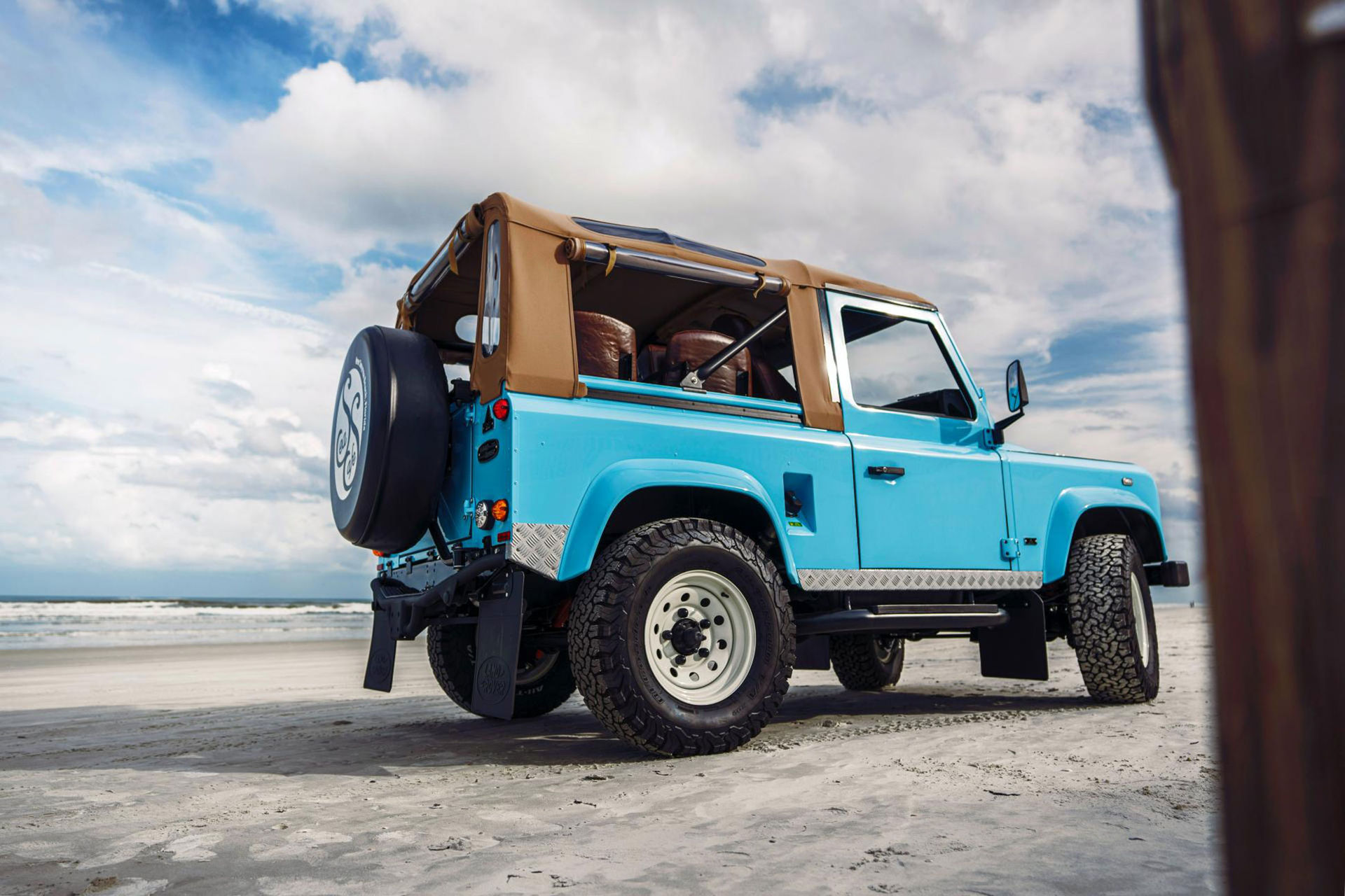 Arkonik förvandlar Land Rover Defender till strandraggarbil