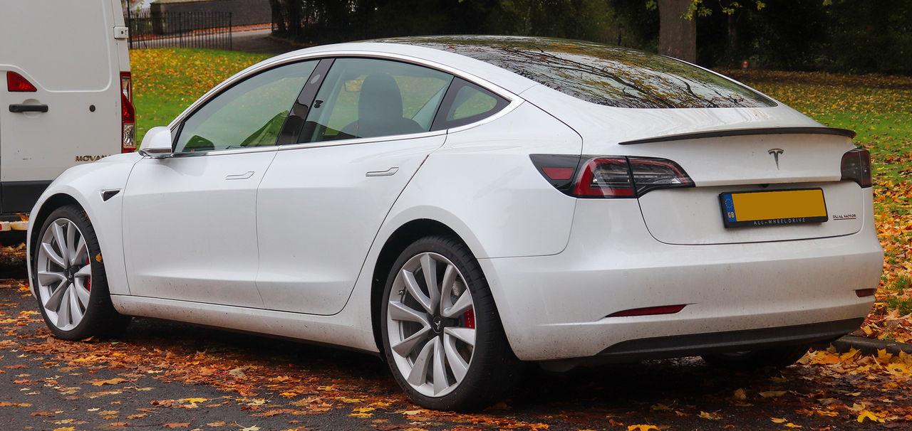 Teslas elektronik sex år före jättarnas