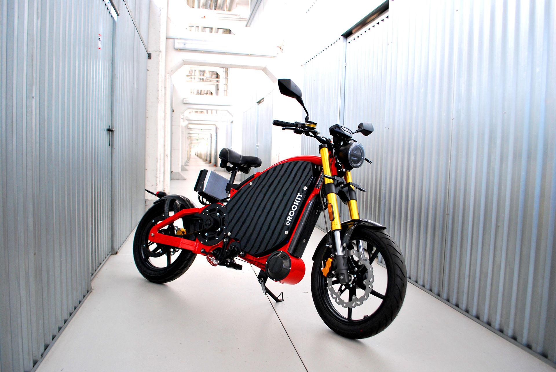 Eldriven motorcykel med trampor