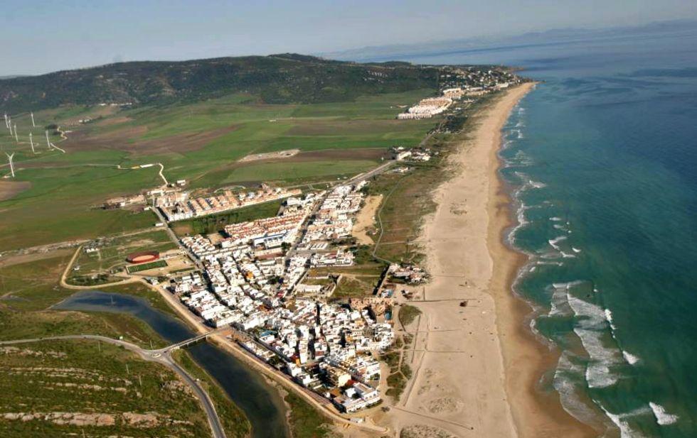Spansk by dränkte sin strand i blekningsmedel