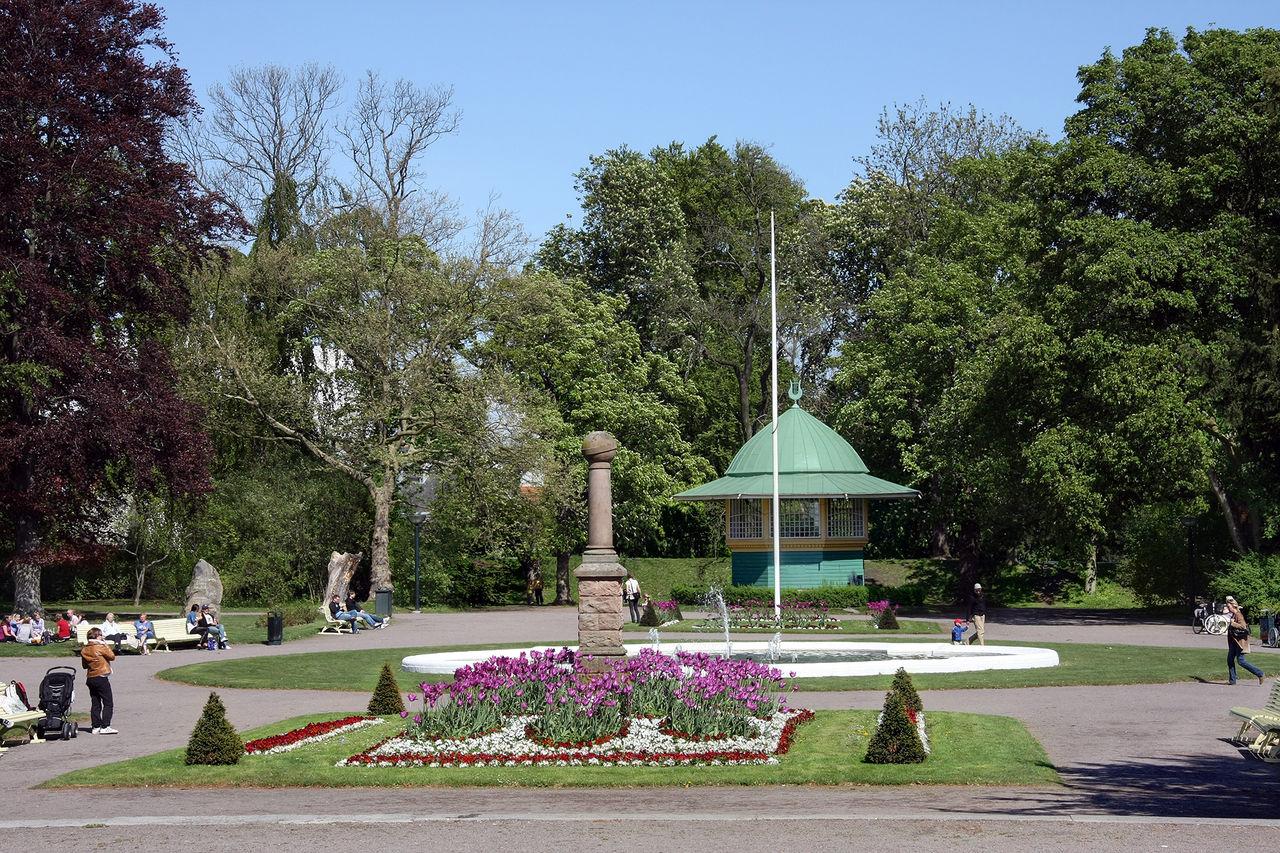 Hönsgödsel sprids i park för att skrämma bort festprissar