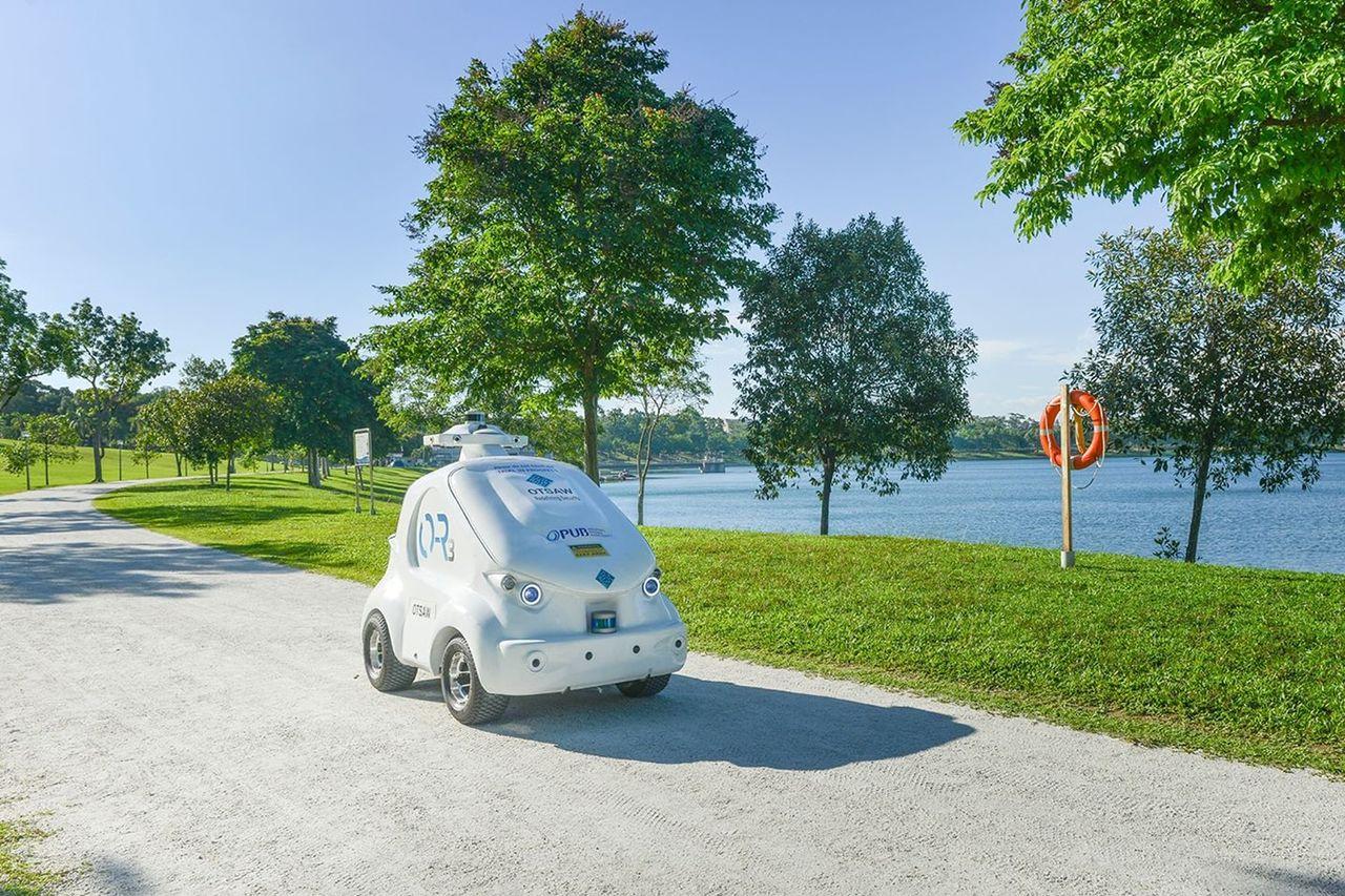 Robotbil börjar skrika på folk i Singapore