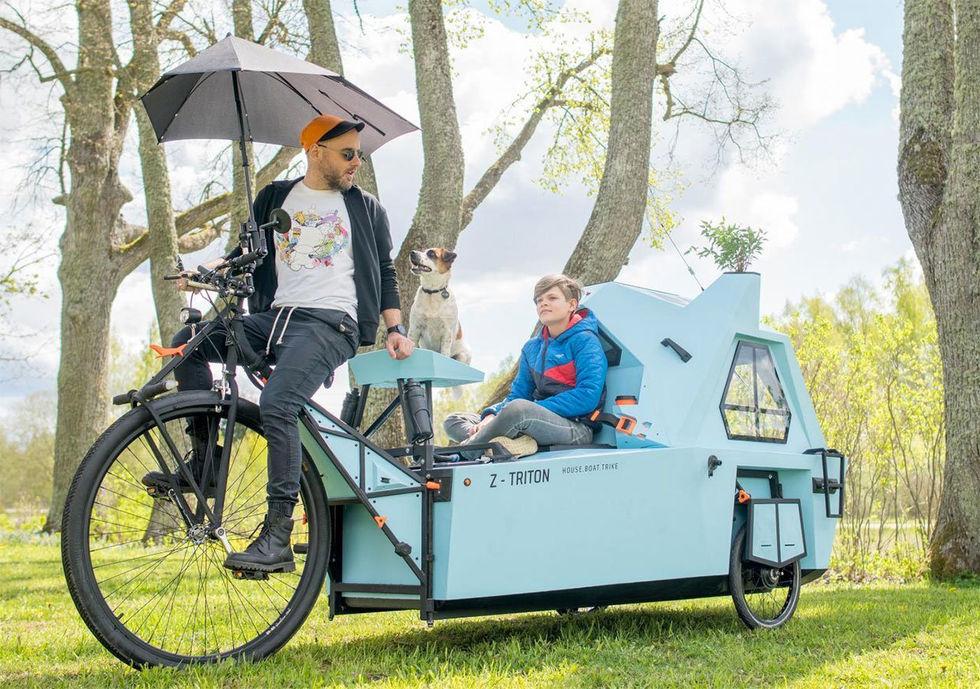 Trehjulig cykel som även är en husbåt