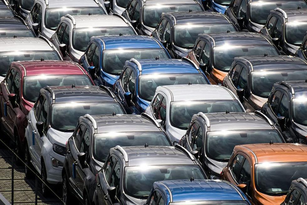 Nyregistreringarna av personbilar halverades i maj