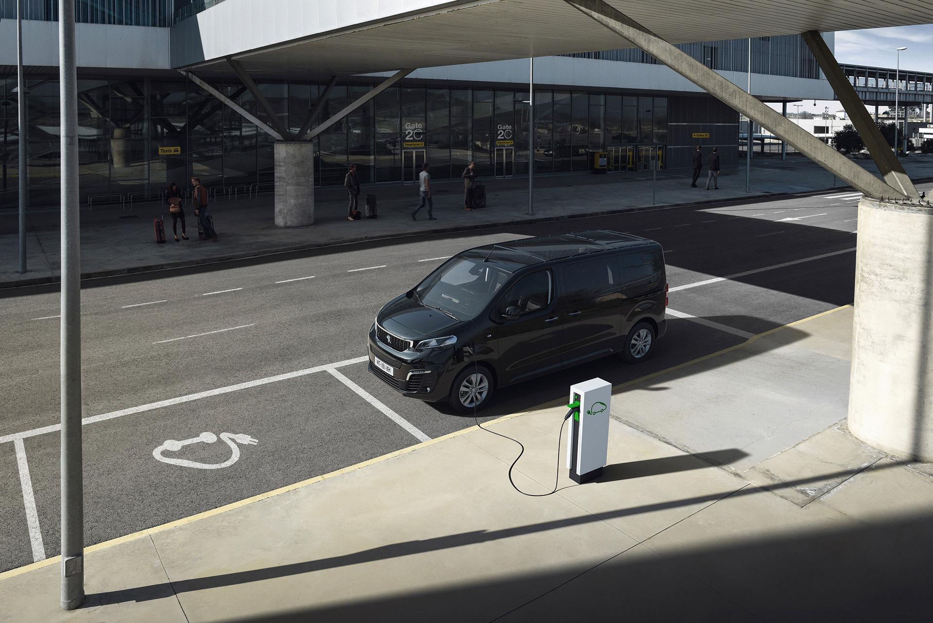 Peugeot rullar ut eldrivna minibussen e-Traveller