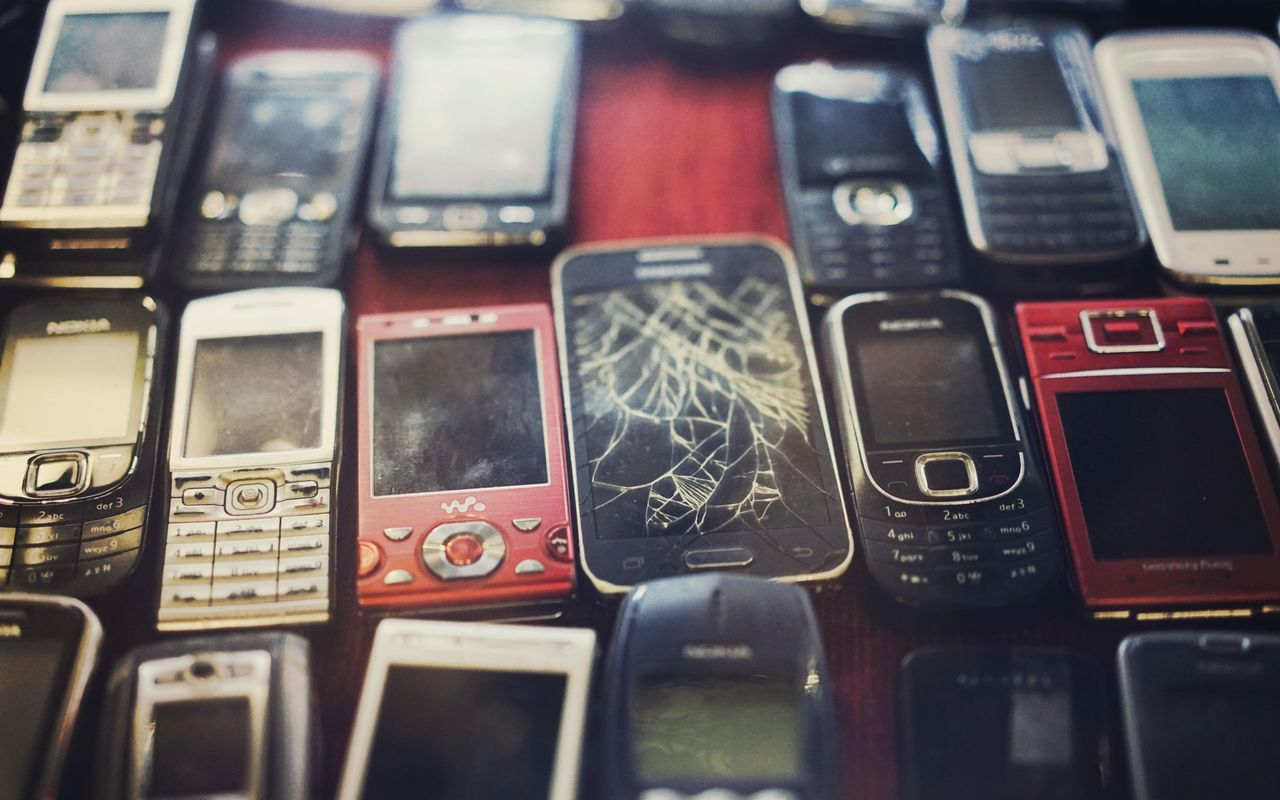 Regeringen vill ha ett pantsystem för mobiltelefoner