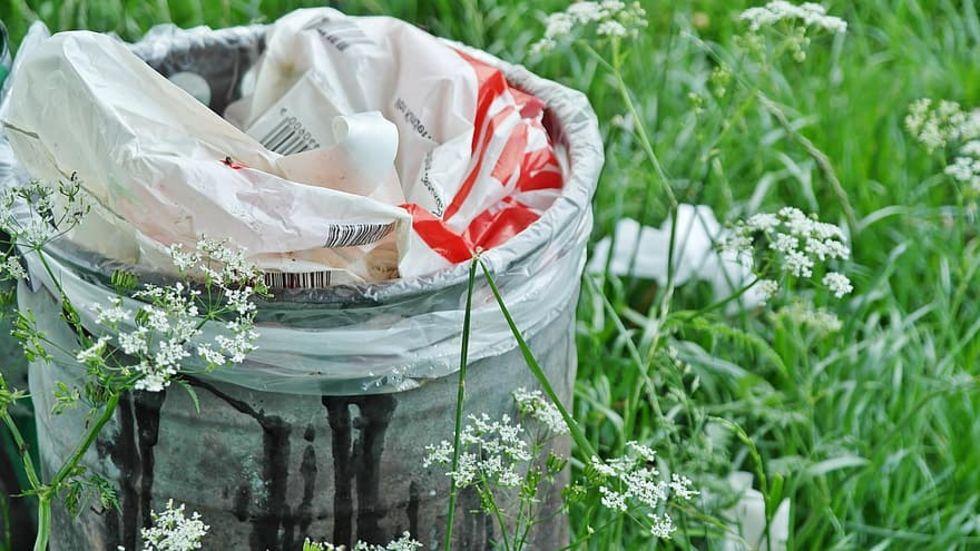 Försäljningen av plastpåsar har halverats