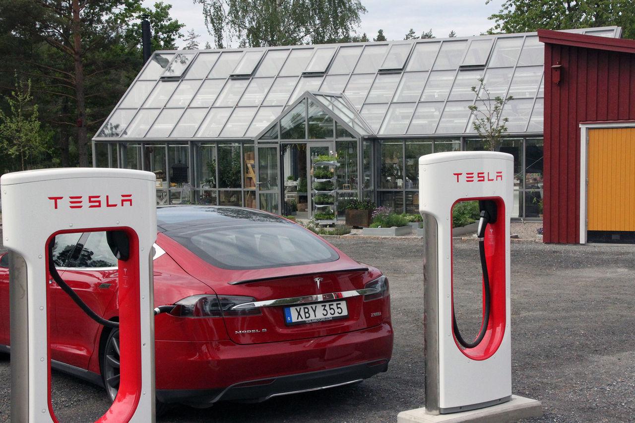 Tesla har nu 2000 laddstationer i världen