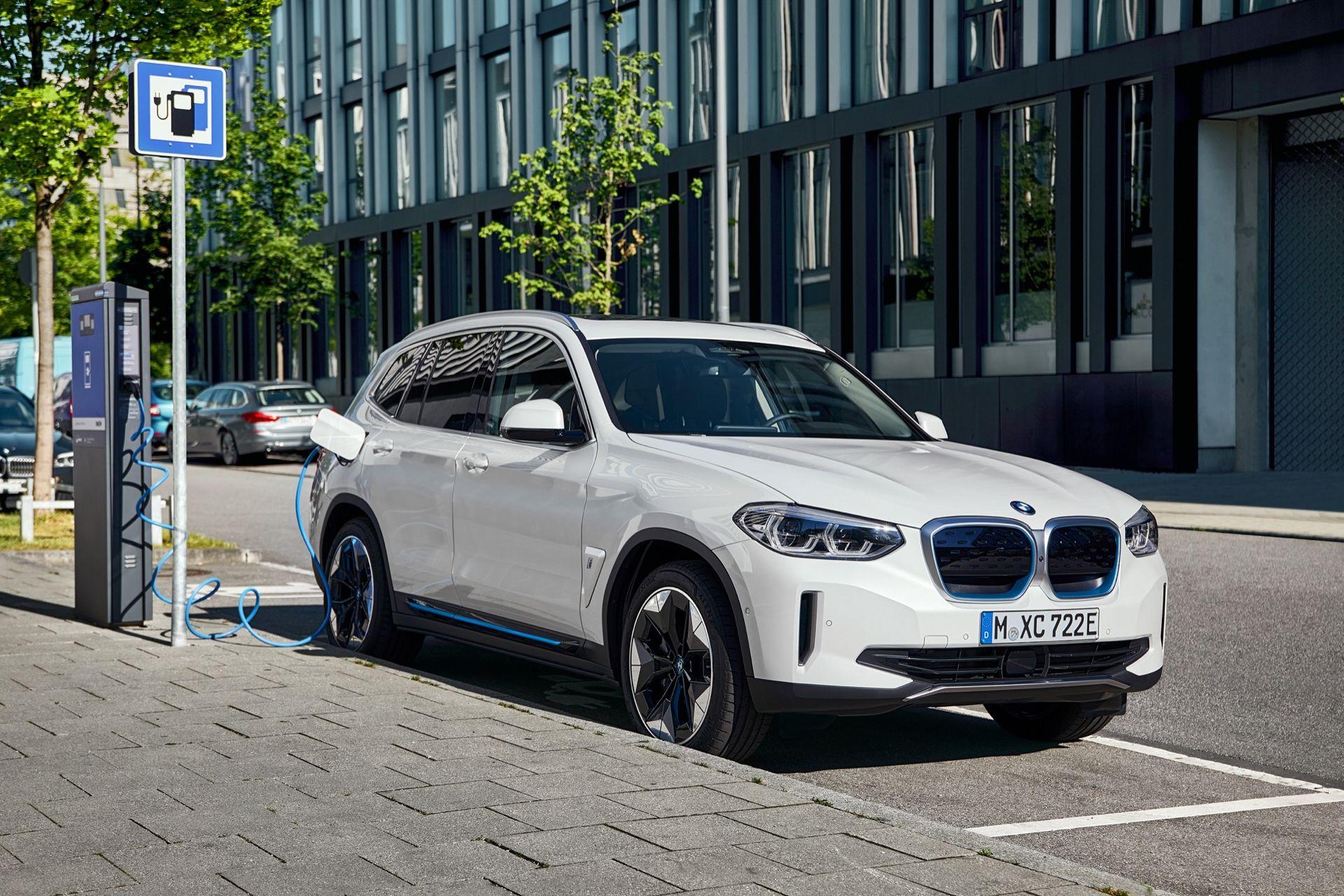 BMW drar täcket av helt eldrivna iX3