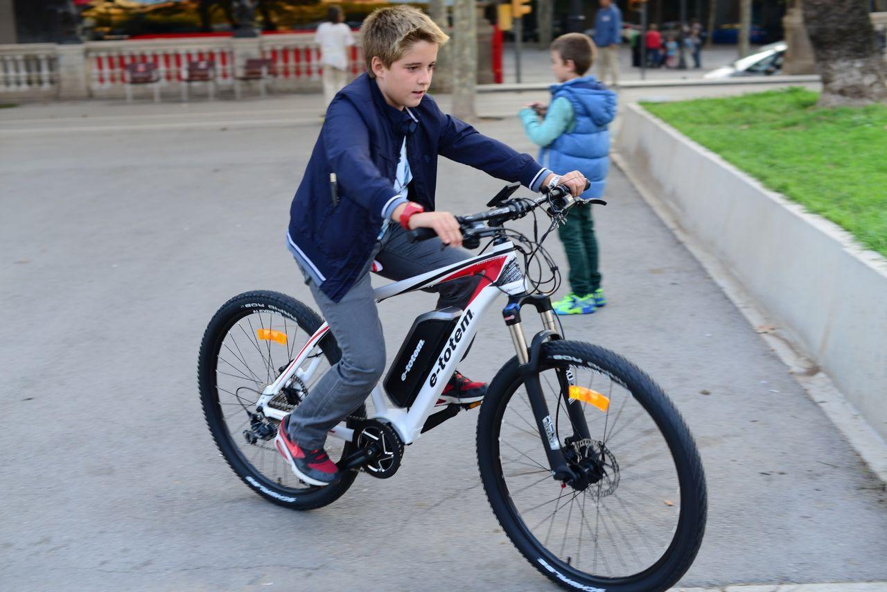 Cyklister med elcyklar kör säkrare