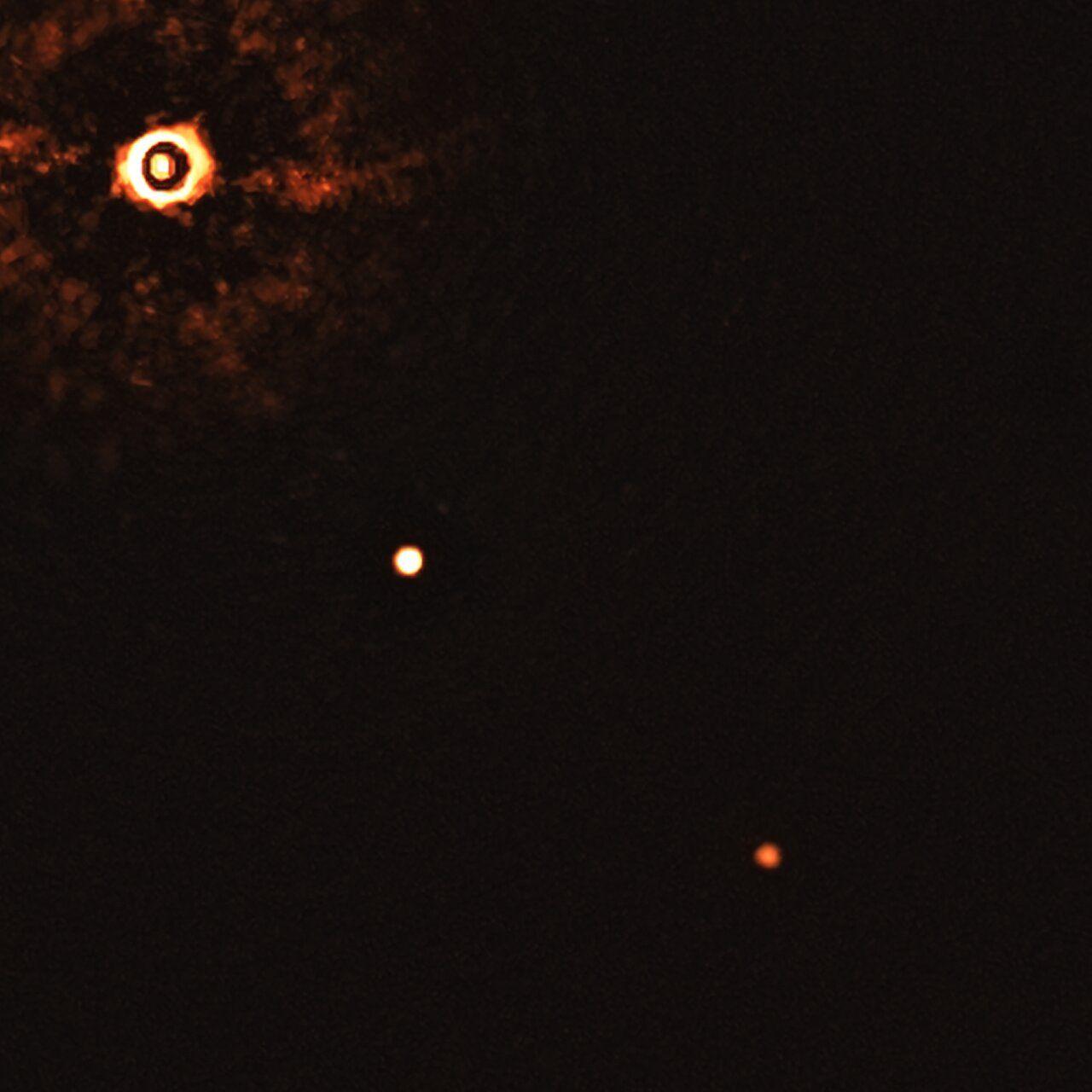 VLT-teleskopet fotar solliknande stjärna med två exoplaneter