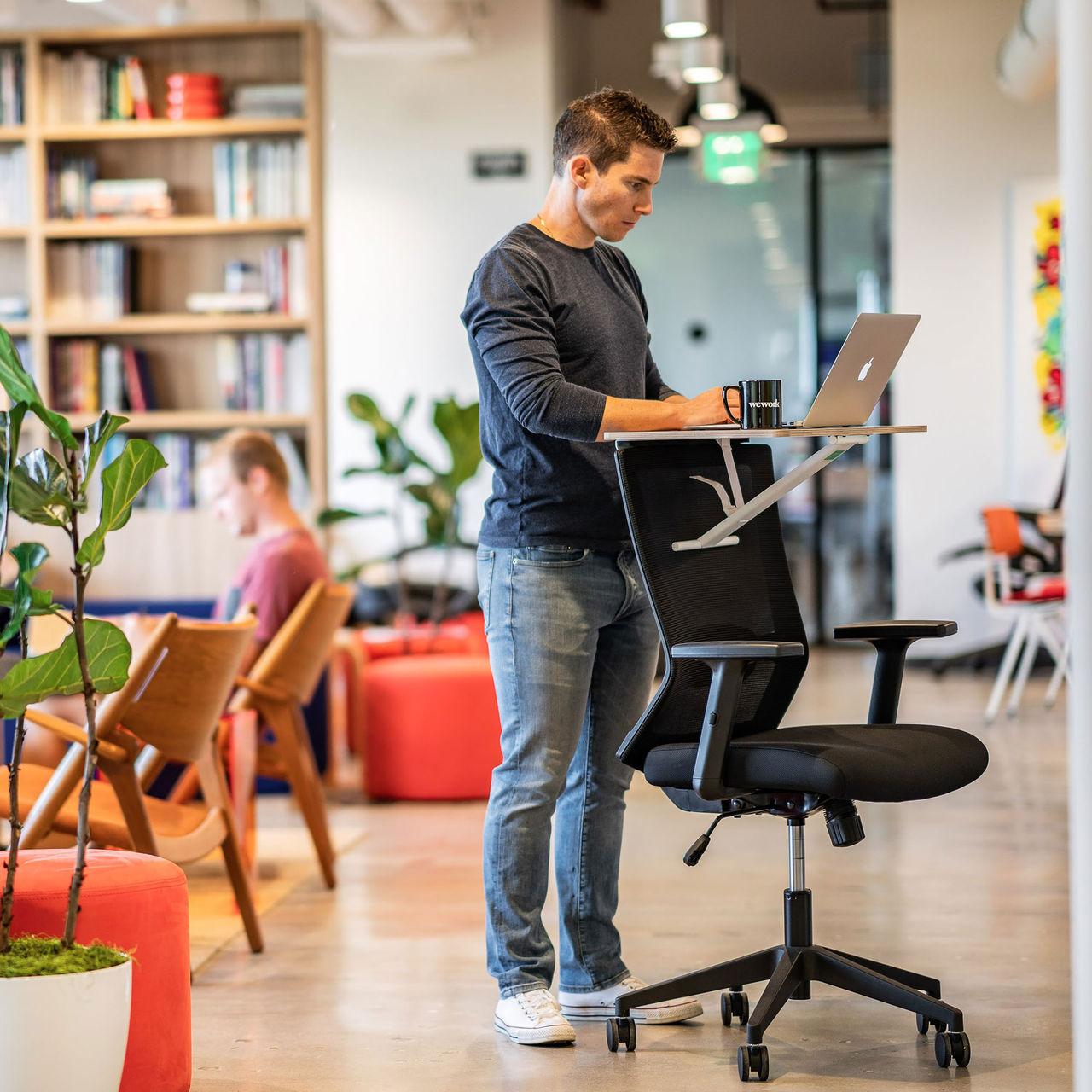 Gör ett ståbord av din kontorsstol