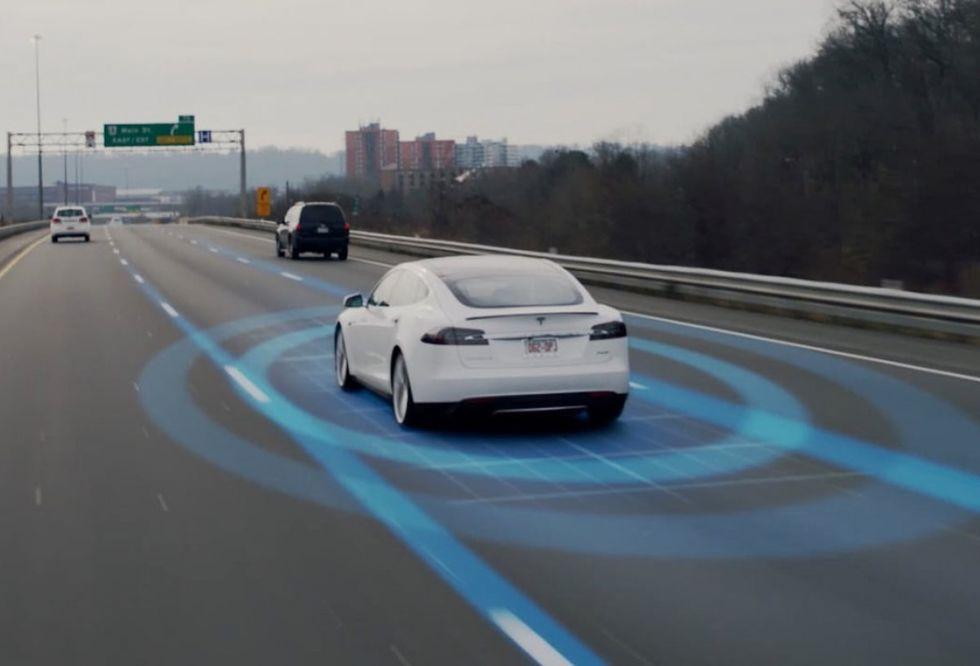 Enligt Tesla är självkörande bilar tio gånger säkrare