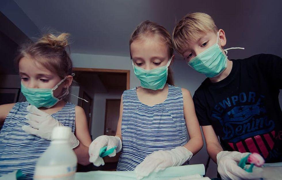 WHO och Unicef anser att barn över tolv bör ha munskydd