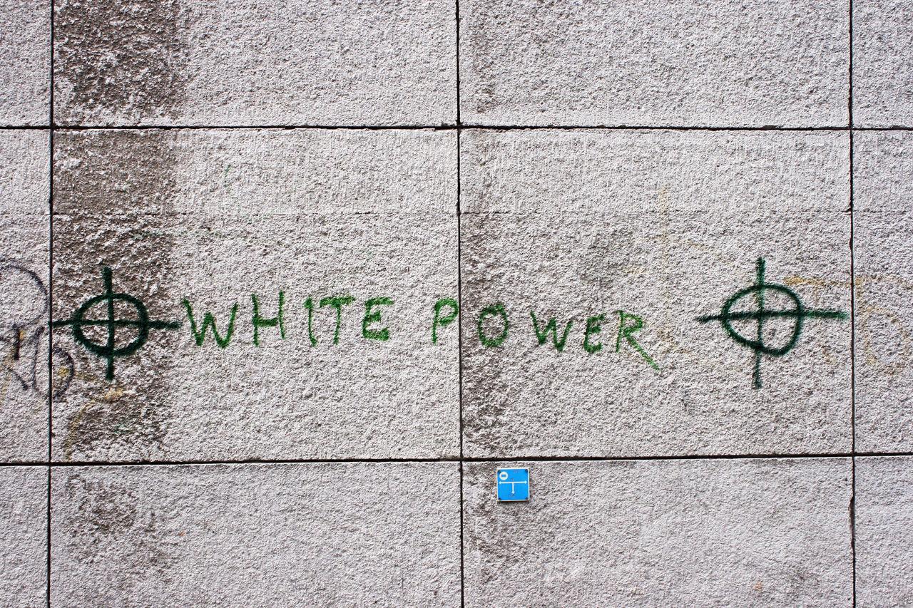 Musiktjänster har fortsatta problem med vit makt-musik