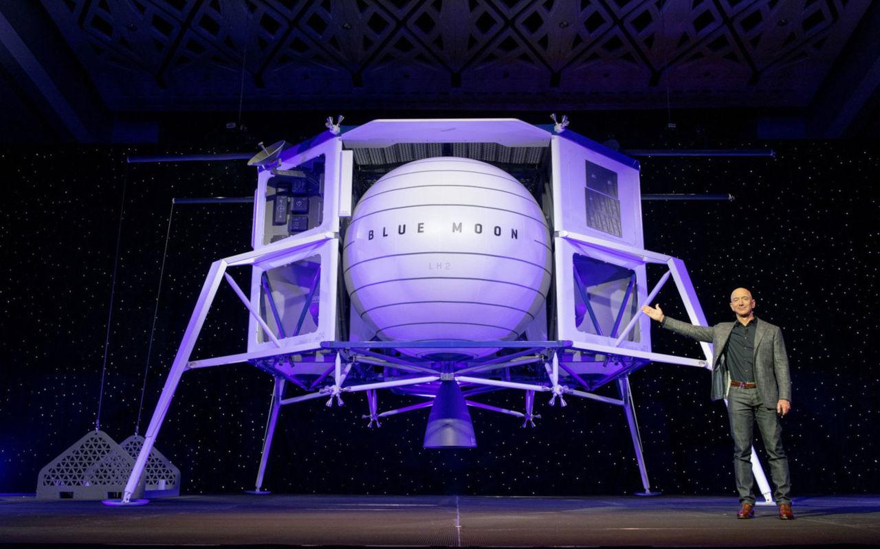 Jeff Bezos visar upp motorn till Blue Origins månlandare