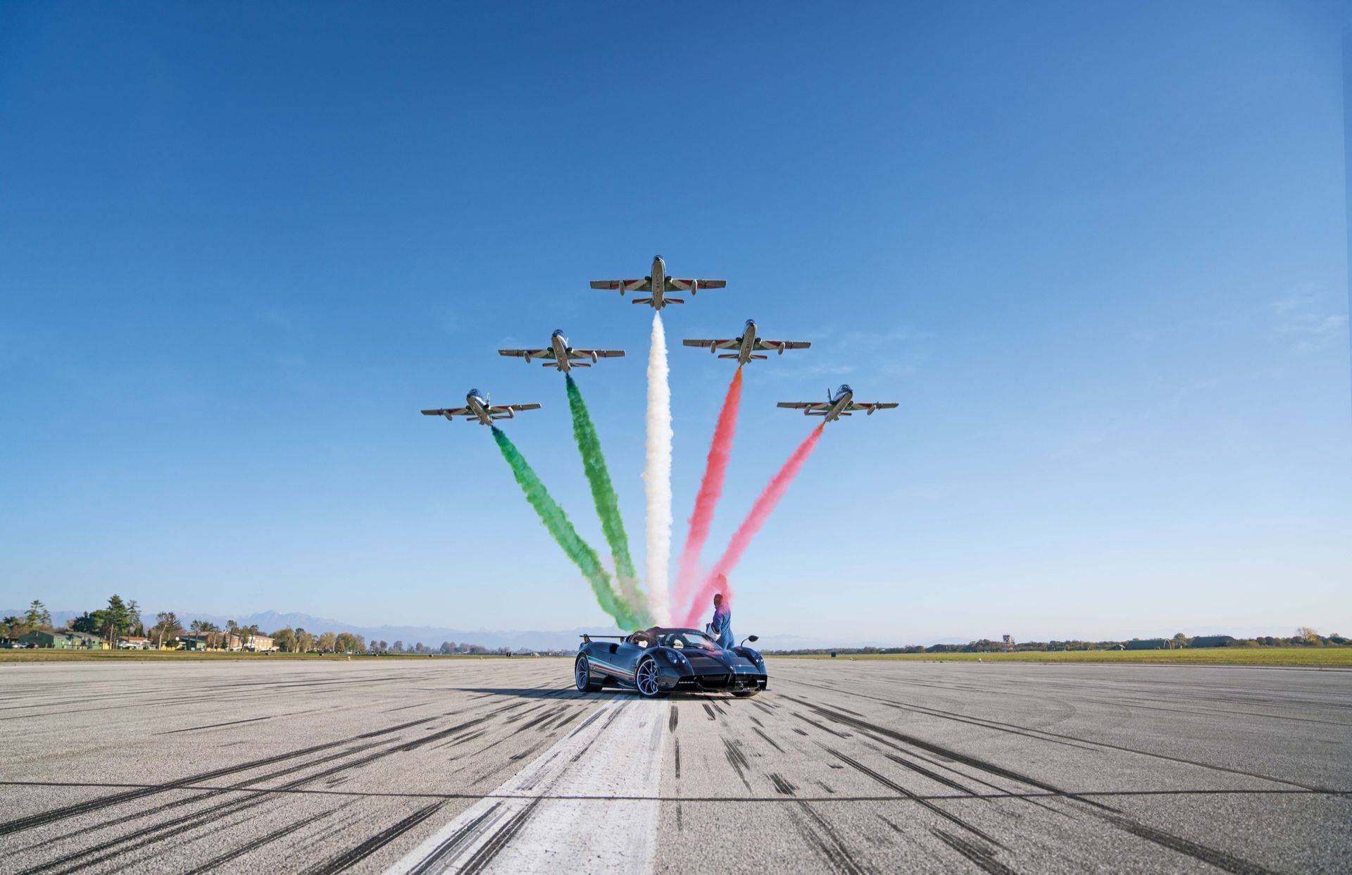 Pagani hyllar flygakrobater igen, fast nu med en Huayra