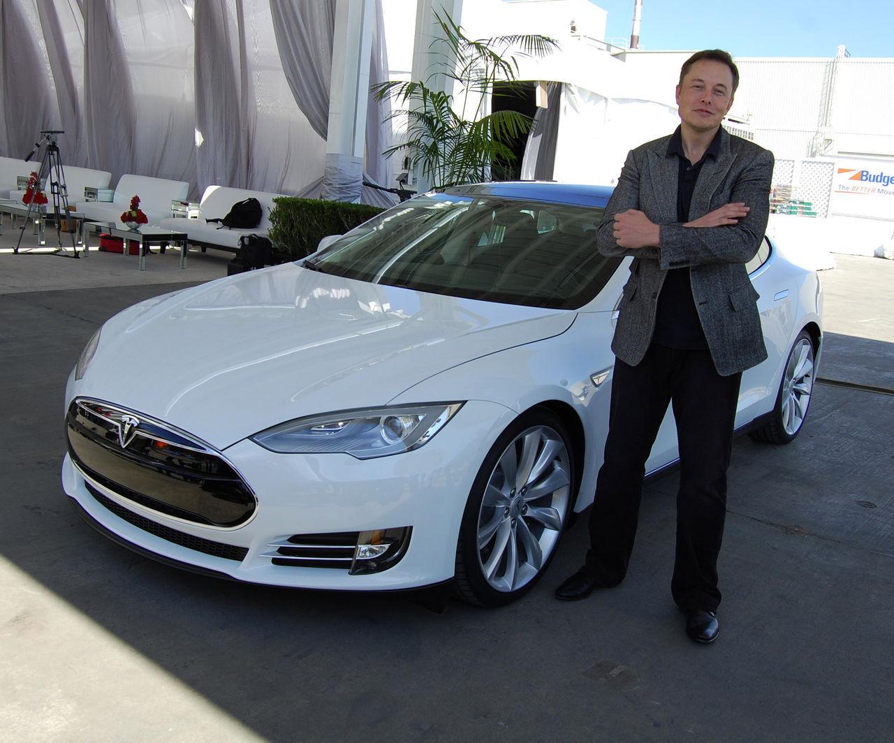 Elon Musk uppger att han ville sälja Tesla till Apple