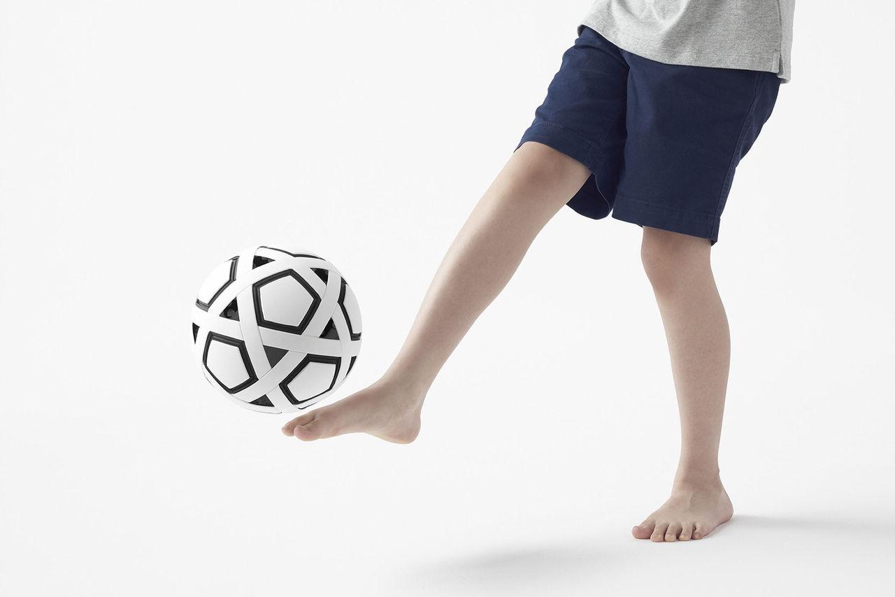 Den här fotbollen kan du bygga ihop själv