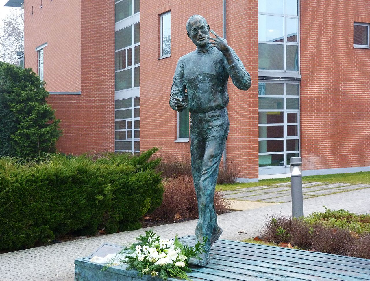 Donald Trump vill bygga staty av Steve Jobs