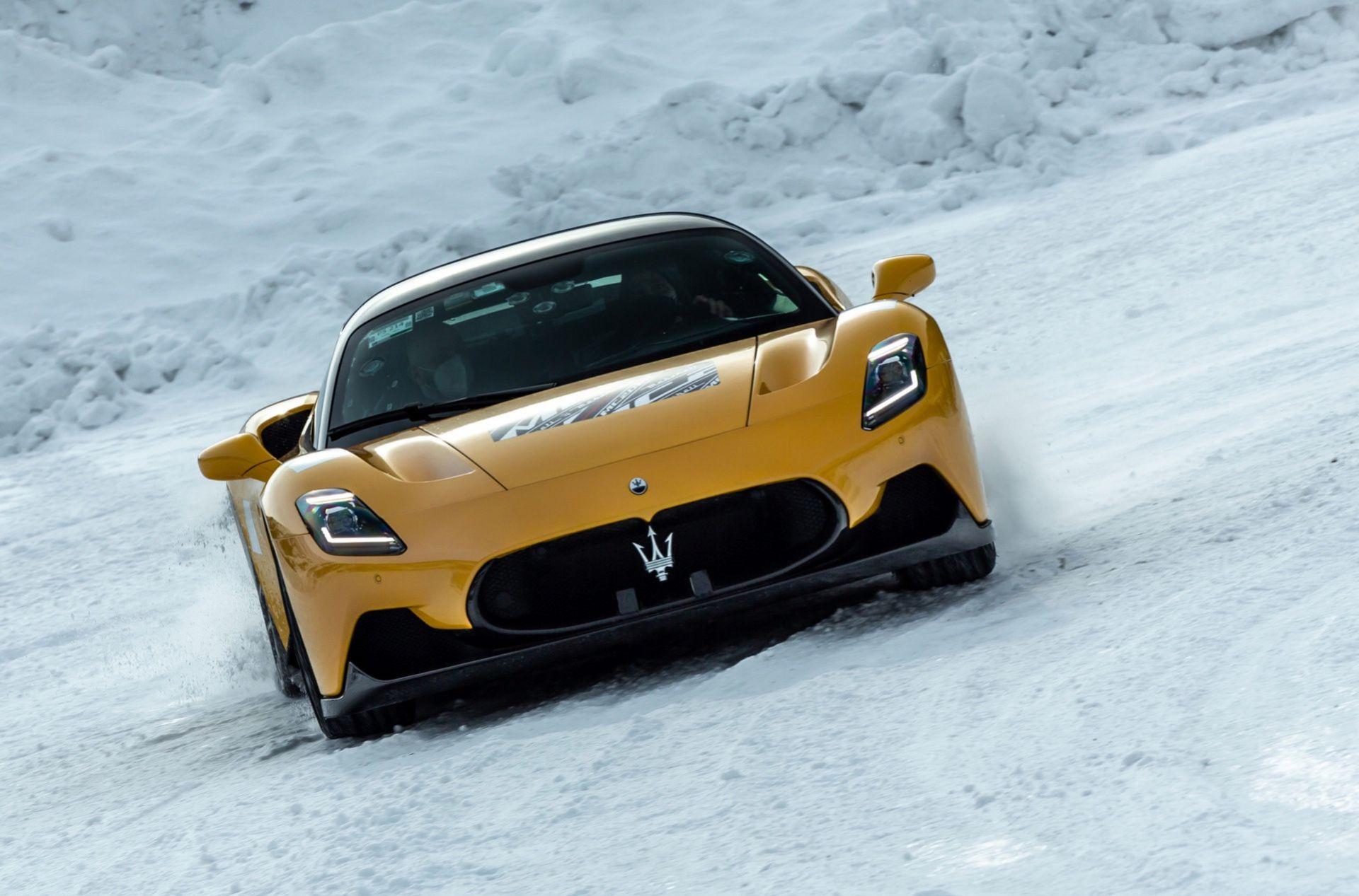 Maserati MC20 sladdar i snön