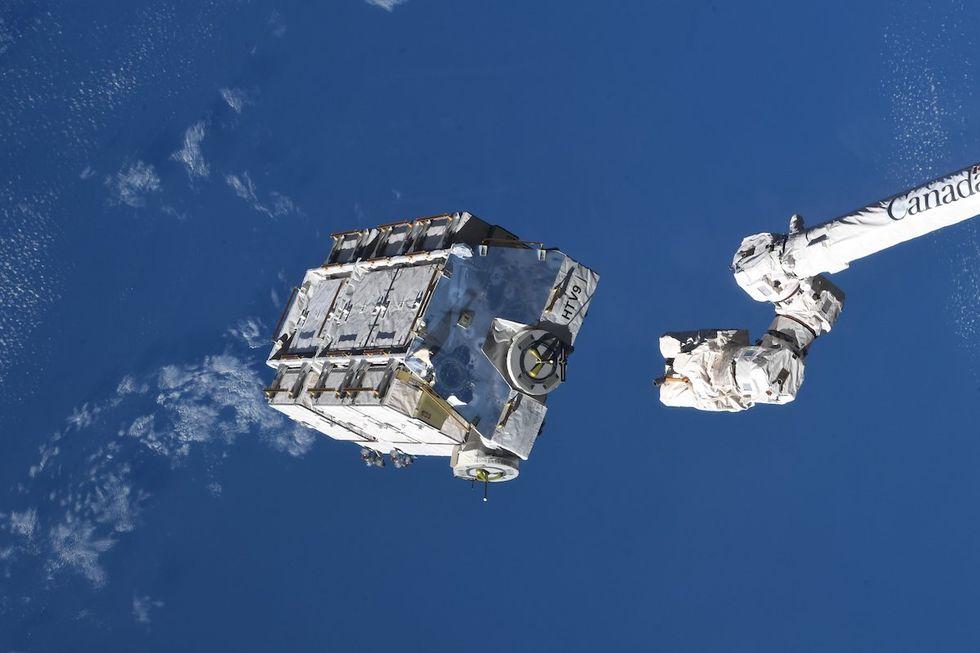 Kolla in när ISS dumpar tre ton med batterier