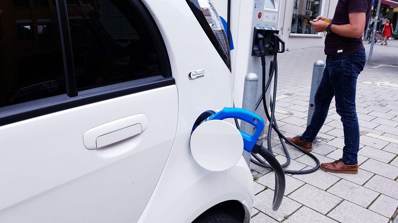 Stockholm vill införa laddning av elbil på alla gatuparkeringar