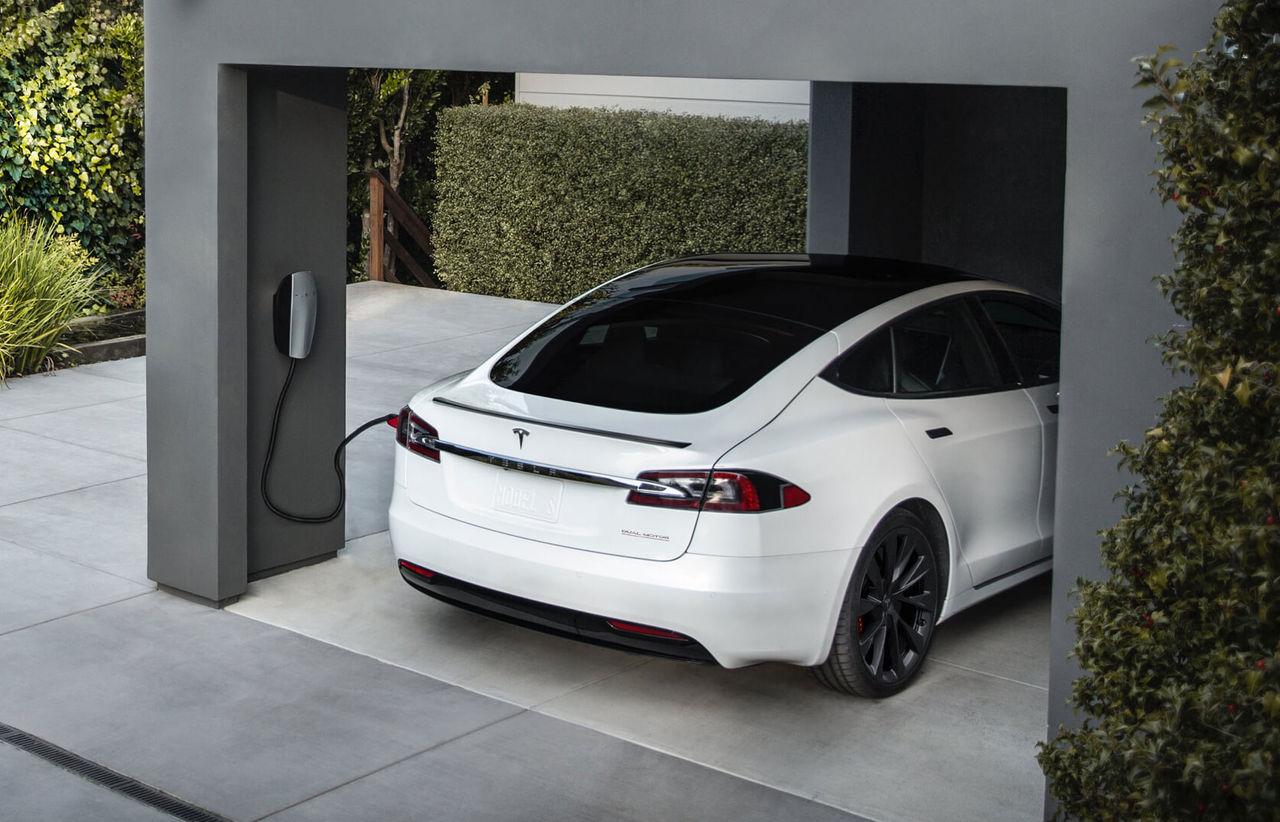 Roligt kommando öppnar laddport på Tesla