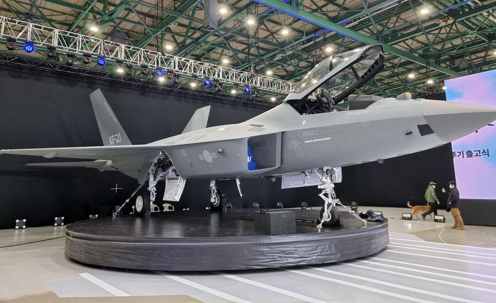 Sydkorea presenterar stridsflygplanet KF-21 Boramae