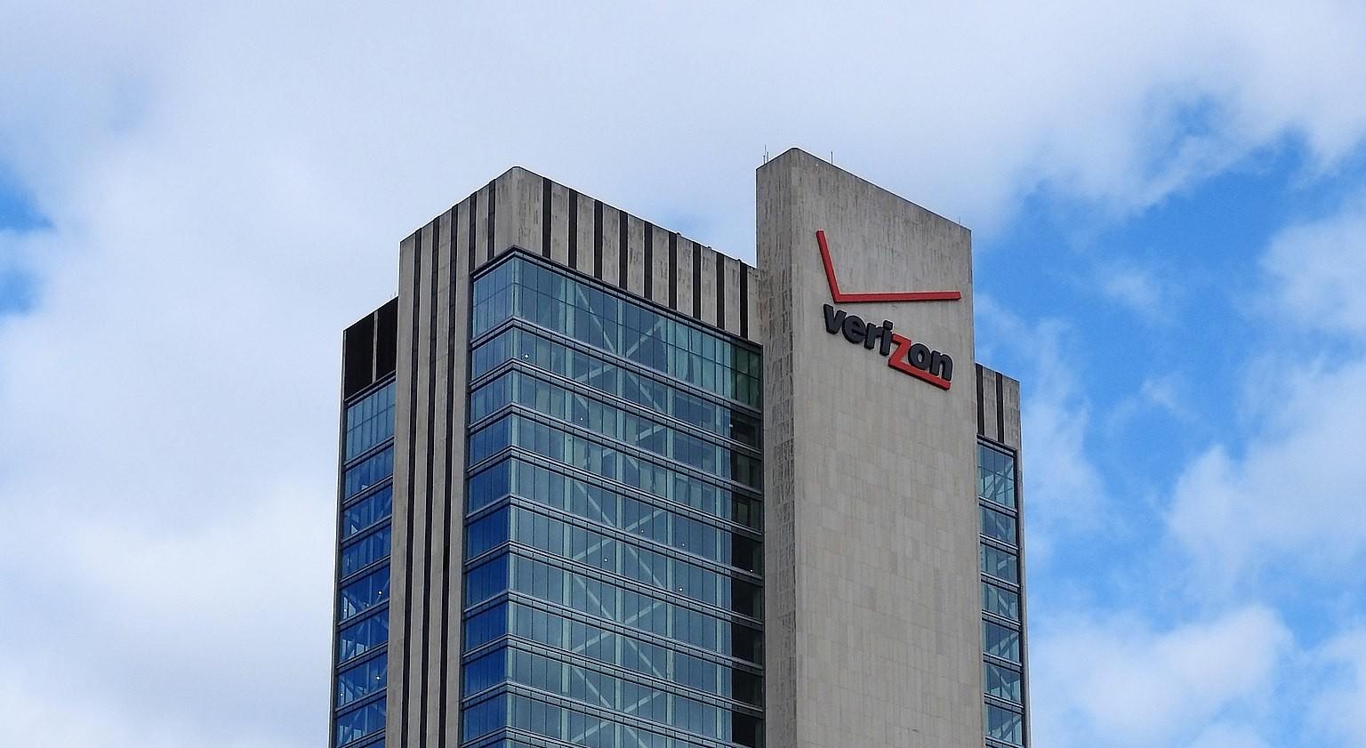 Verizon säljer Yahoo och AOL Säljer sina internetföretag till Apollo Global Management