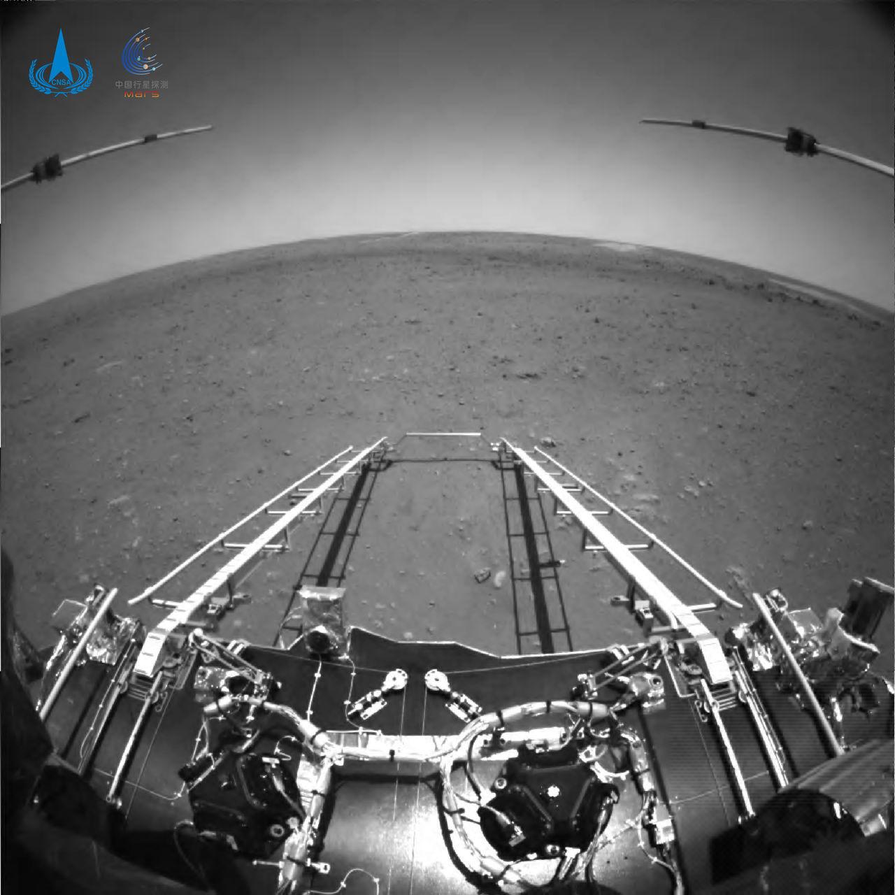 Zhurong skickar hem sina första bilder från Mars