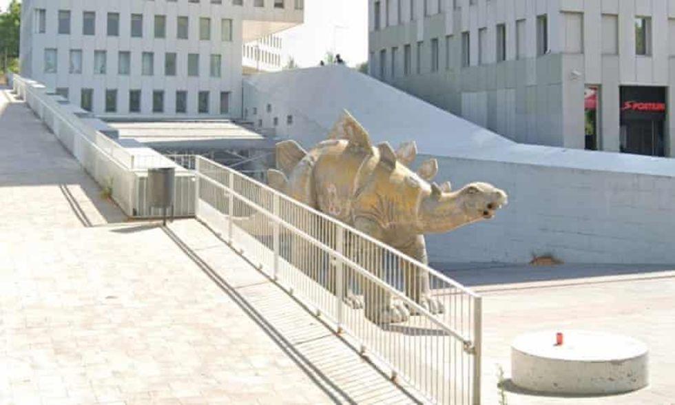 Man hittad död inuti dinosauriestaty