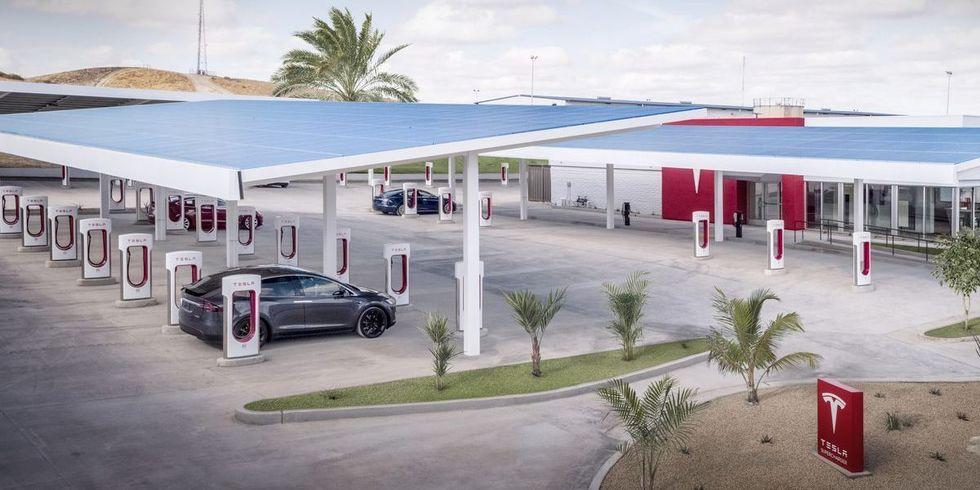 Tesla verkar vilja bygga upp vägkrogar