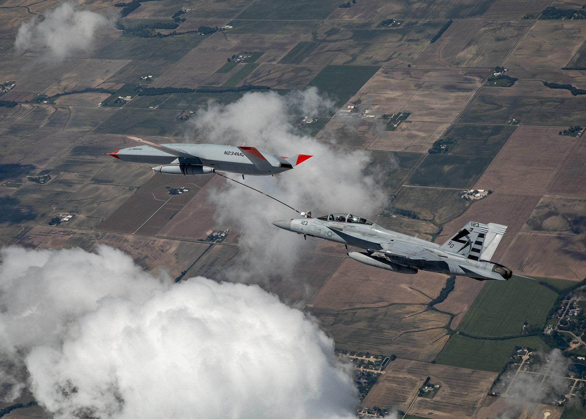 Drönare används för att tanka stridsflygplan för första gången