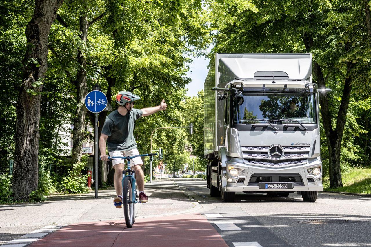 Mercedes visar tung lastbil som drivs på el