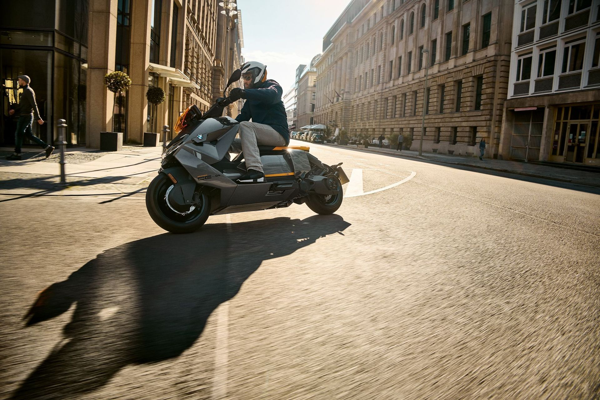 BMW släpper elscootern CE 04