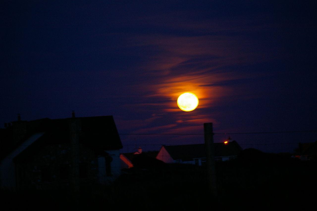 Teslabil tror att månen är ett trafikljus