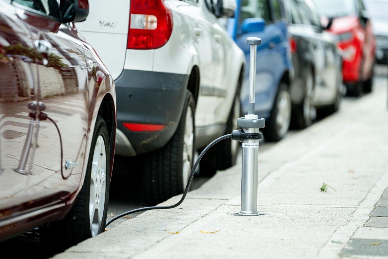 London testar elbilsladdare som göms i trottoaren