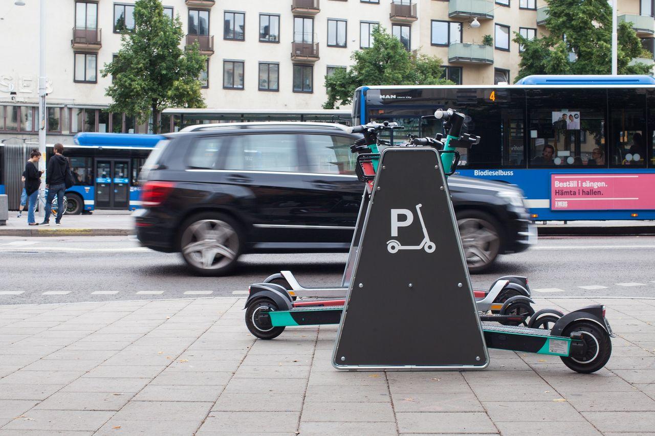 Voi och Tier satsar på elsparkcykelställ i Stockholm
