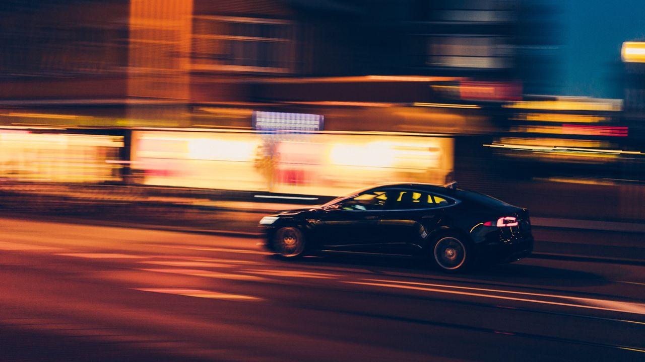 Teslaförare somnar bakom ratten på motorväg