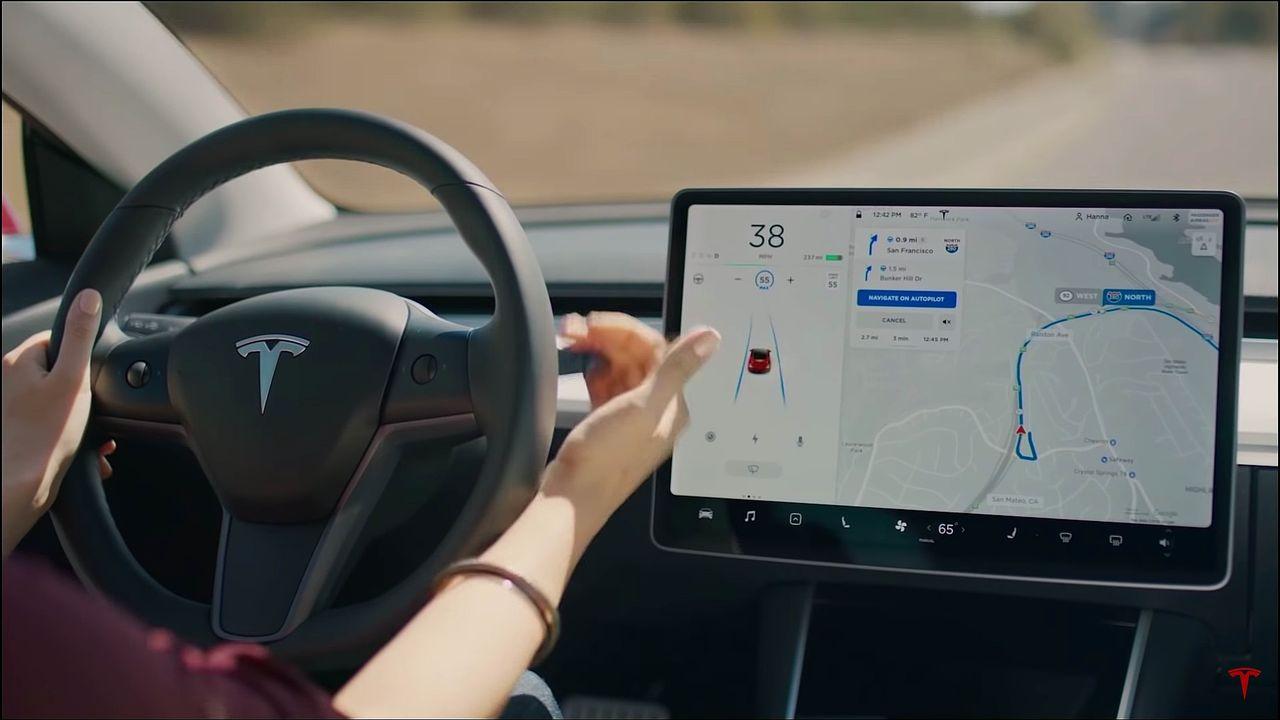Självkörande Tesla kör nästan på folk