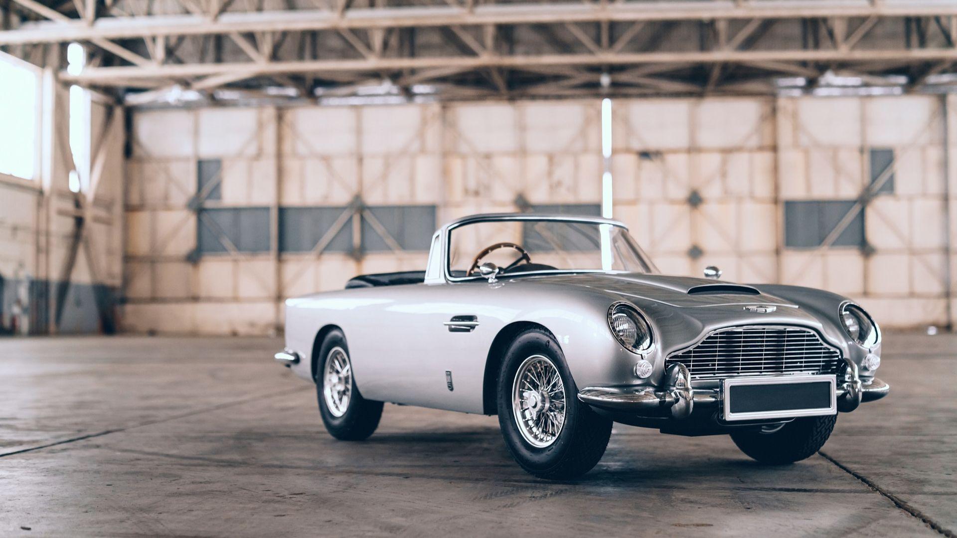 Liten Aston Martin DB5 i No Time To Die-version