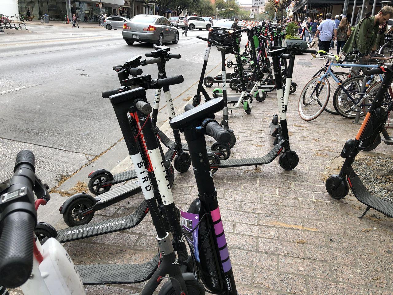Man död efter att ha kört in i en parkerad elsparkcykel