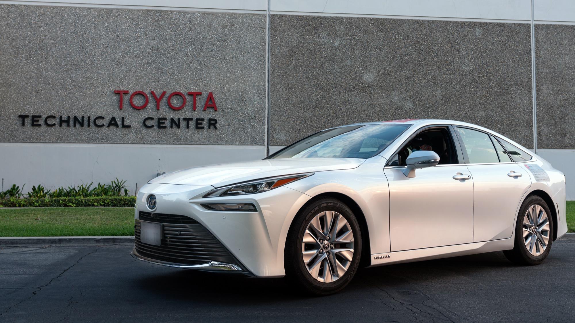 En Toyota Mirai tog sig 136 mil på en tank vätgas Imponerande!